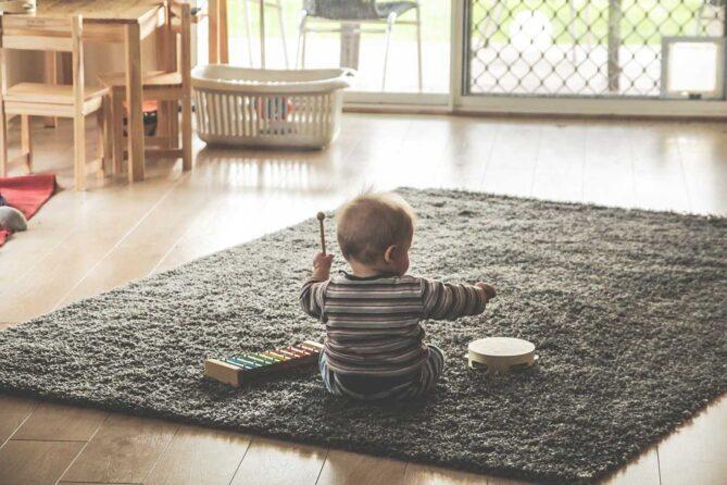 Kleinkind auf Boden mit Duchenne Muskeldystrophie