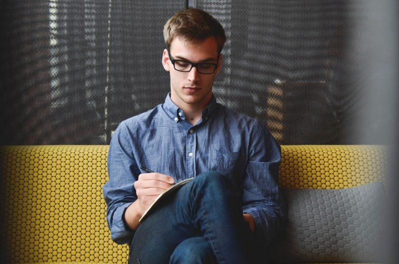 Mann sitzend auf einer Bank