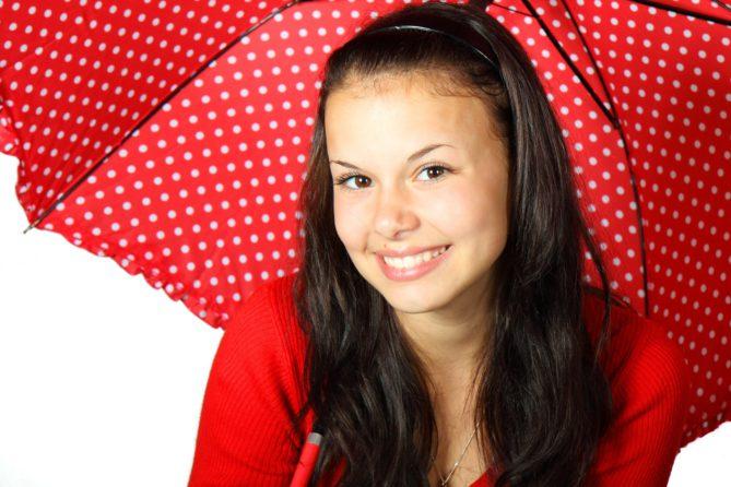 Immunsystem. Frau mit Regenschirm
