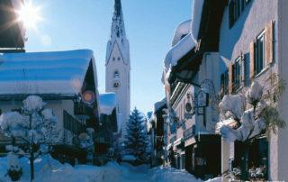 Oberstdorf verschneit im Winter mit Kirche