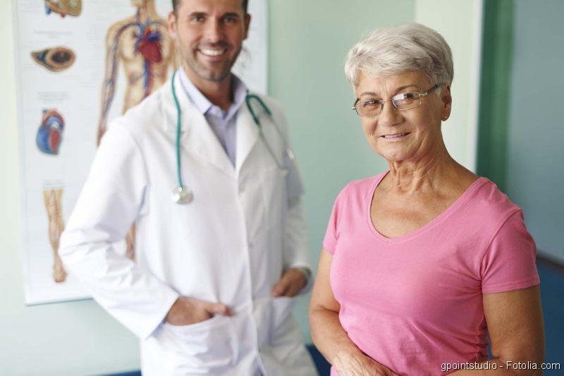 Artz mit älterer Patientin
