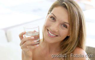 Triple Therapie plus, Frau mit Wasserglas