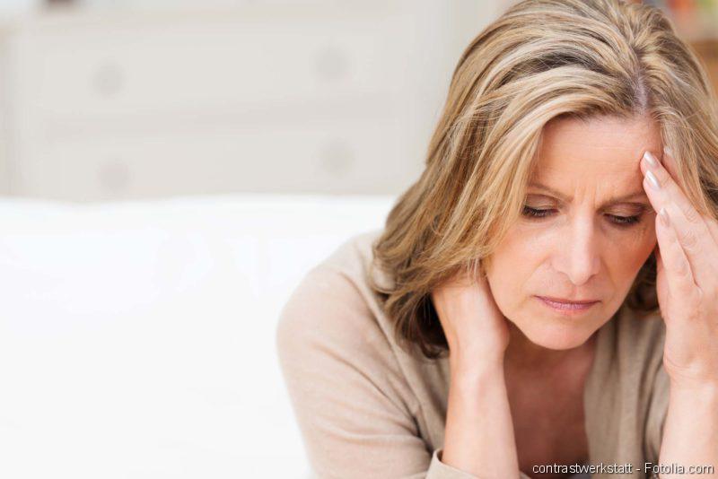 Migräne, Kopfschmerzen, Blasenschwäche, CED, Frau nachdenklich