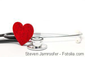 Herzinfarkt erkennen, Entzündungshemmende Therapien, Herzinfarkt, Broken-Heart-Syndrom: Kardiologie, Kardiologiekongress, Herzschwäche, Herzinsuffizienz, Herz mit Stetoskop