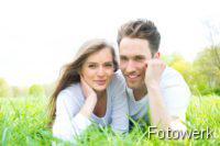 YFOOD: Partnerschaft: Junges Paar auf der Wiese liegend