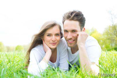 Junges Paar auf der Wiese liegend