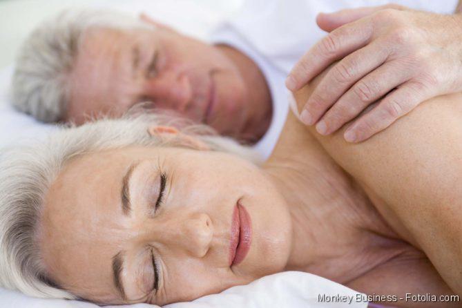 Schlaf; Paar schlafend im Bett