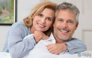Potenzmittel, Erektile Dysfunktion, Potenzmittel, Potenzmittel, Vasektomie, Paar, das sich umarmt