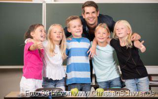 Kinder in der Grundschule mit ihrem Lehrer