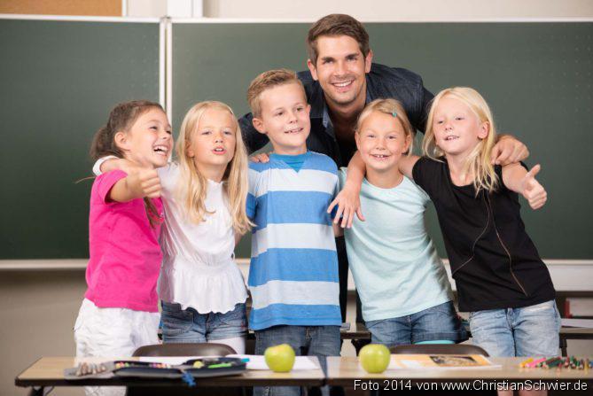 Grundschulkinder mit Hörproblemen, Hausmittel bei Kopflausbefall, Das gesunde Klassenzimmer, Chronisch kranke Kinder, Kinder in der Grundschule mit ihrem Lehrer