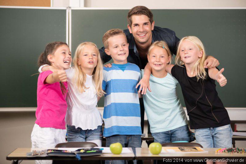 Chronisch kranke Kinder, Kinder in der Grundschule mit ihrem Lehrer