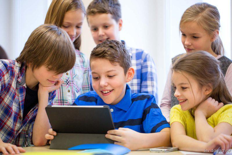 Kinder vor dem Tablet