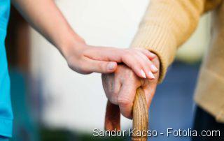 Senior mit Gehstock in der Hand