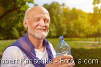 Herzpatienten - Trinkmenge, Mann in der Natur mit einer Wasserflasche