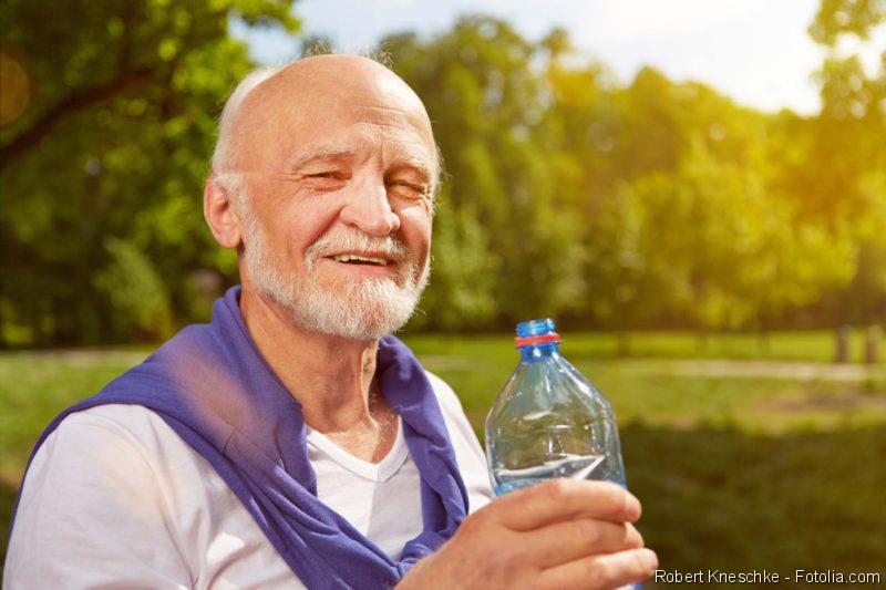 totaler Haarausfall, Herzpatienten - Trinkmenge, Mann in der Natur mit einer Wasserflasche