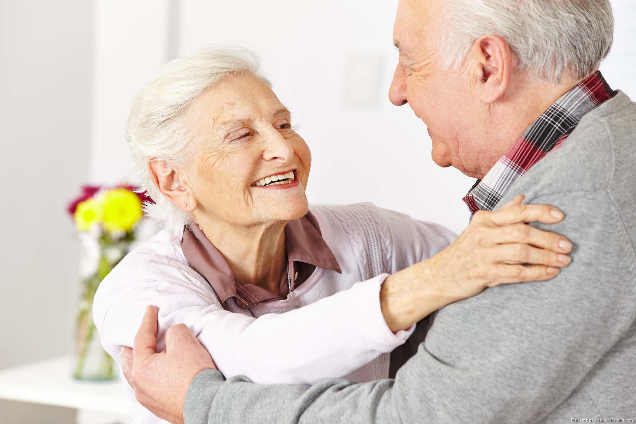 seniorenpaar_umarmend